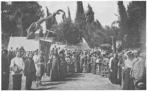 Крестный ход у Дуба Мамврийского на третий день Троицы, по окончании литургии