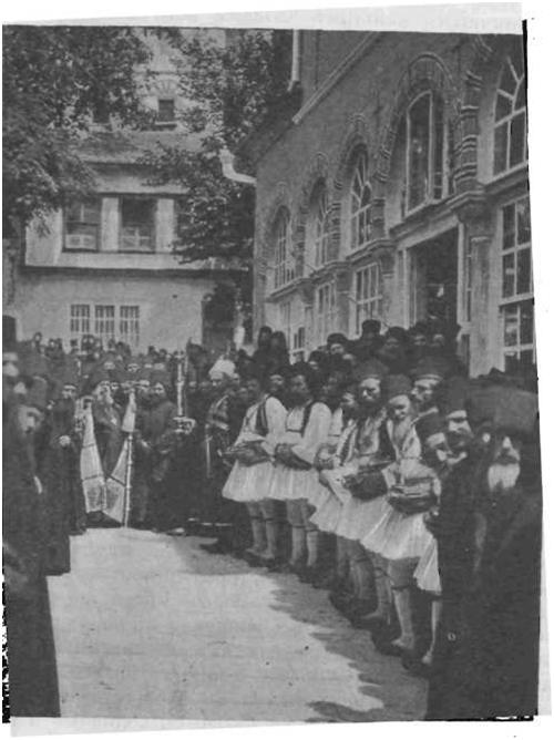 Выход игумена из трапезы и обратное шествие в храмдля совершения праздничной литании.