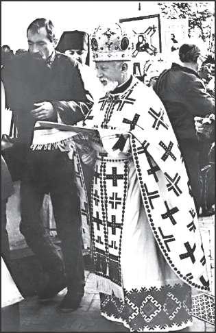 Протоиерей Владимир Ярема, настоятель львовского храма свв. Петра и Павла. Львов, 1990 г.